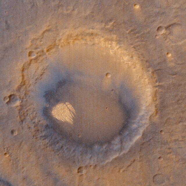 кратер Поллак и его белая скала