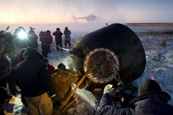 экипаж космического корабля Союз после посадки.