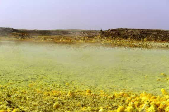 Пары серы и хлора над горячим бассейном в Данакильской впадине